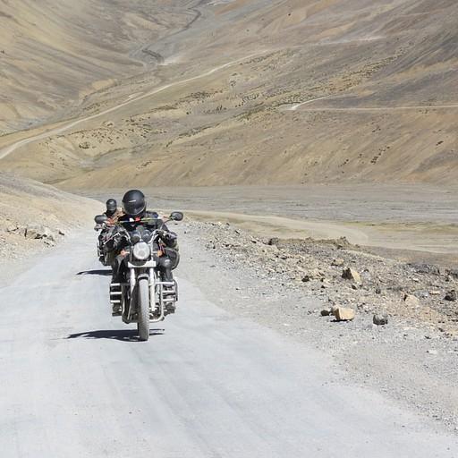 אחת הדרכים המקובלות לעשות את הדרך הזו היא על גבי אופנוע הודי מסוג רוייאל אנפילד