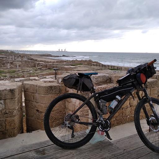 בייקפאקינג - האופניים שלי על רקע העתיקות בקיסריה
