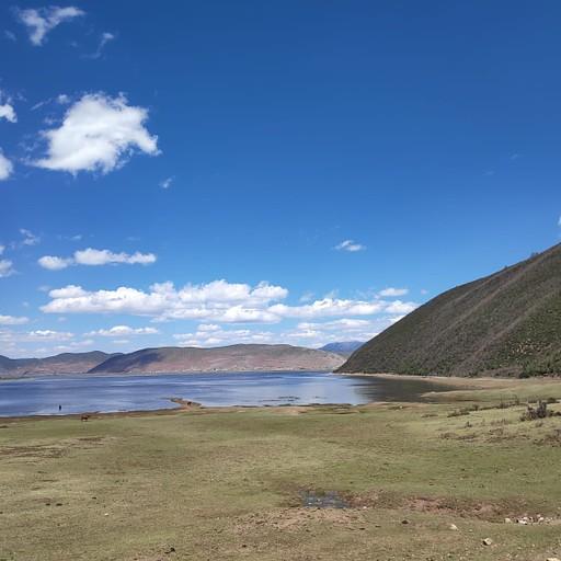 אגם שאפשר לנסוע סביבו עם קטנוע