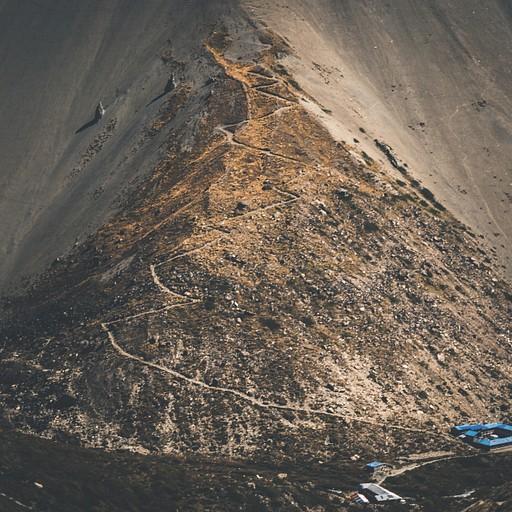 מבט אל עבר הבייס קאמפ מראה את השביל העליון הישן שנהרס במפולת חול