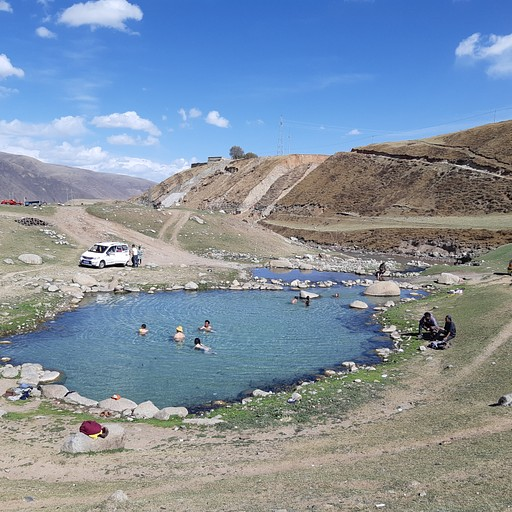 המעיין החמים- יש קצת נזירים ערומים, אבל המים כחולים וצלולים