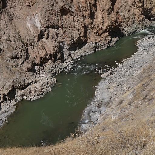 חציית הנחל, למטה רואים אדים שעולים מנביעות חמות