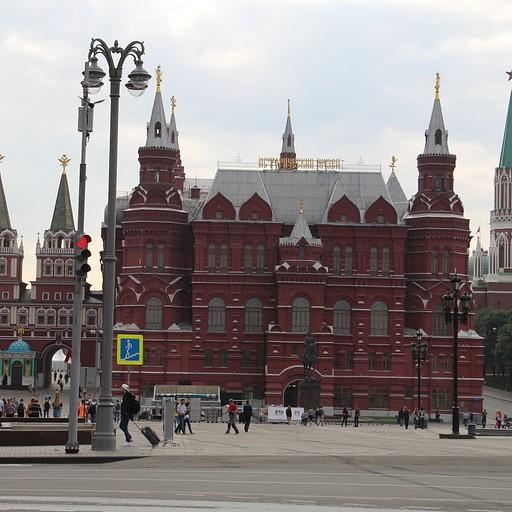 המוזיאון ההיסטורי הממשלתי, מימינו מגדל ניקולאי ומשמאלו שער התחייה.