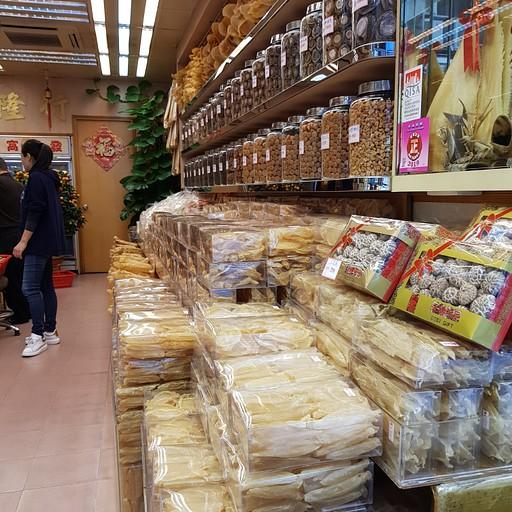 חנות שמוכרת פירות ים ודגים מיובשים