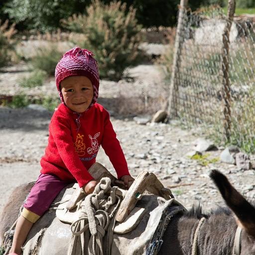 ילד מקומי רוכב על חמור בעמק המארקה