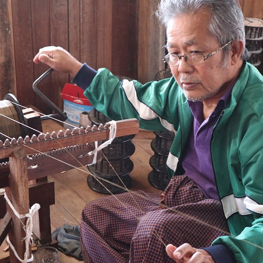 טווית חוטי לוטוס, מפעיל את המכונה בידיים וברגליים