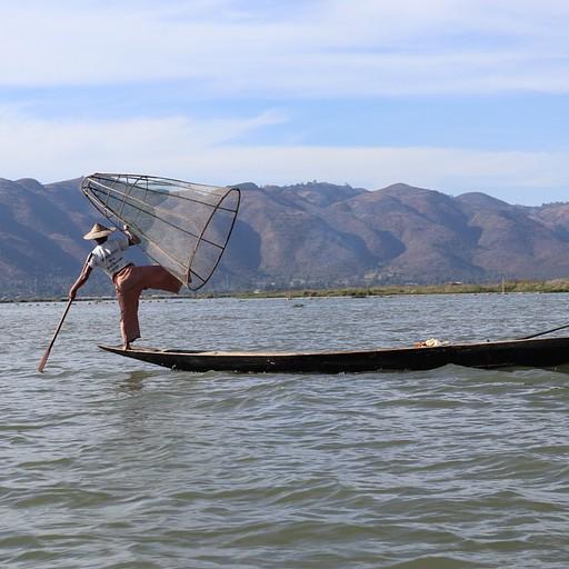 שיטת דייג מיוחדת - מחזיקים את הרשת על הרגל
