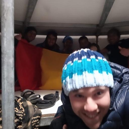 תמונה עם המטיילים הרומנים ברפיוג'י ודגל רומניה