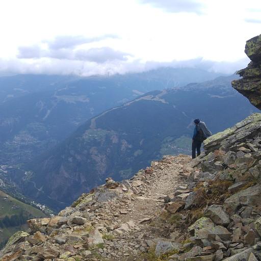 שביל מרפסת מאפשר תצפיות נהדרות על עמק ה- Matter וההרים התוחמים אותו.
