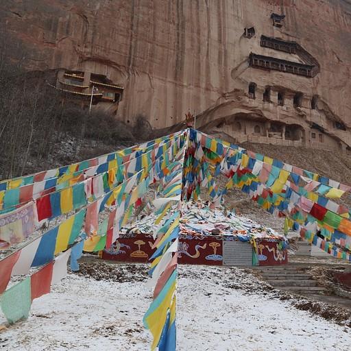 מקדש מאטי עם דגלי תפילה, יפייפה במיוחד בשלג!