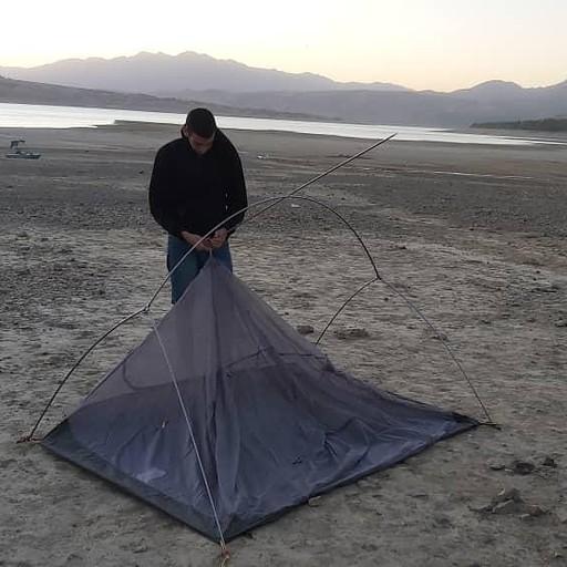 מקימים אוהל בחוף