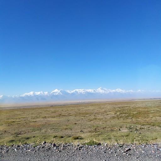 נוף משוגע של הרי הפמיר בדרך לגבול
