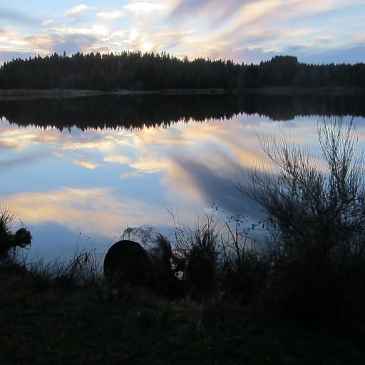 האגם Lac de Devesset הלמטה זו ההשתקפות על המים!