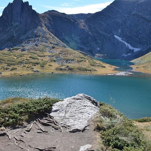 האגם הסמוך