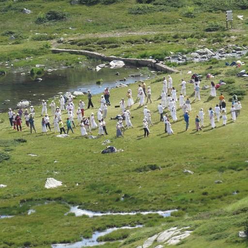 האחווה הלבנה - בכל אוגוסט הם מתאספים לריקוד ליד אגם הכליה