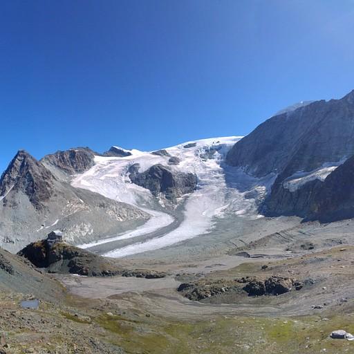 בקתת Dix למרגלות פיסגת הר mont blanc de chelion. הקרחון גולש תחתיה.