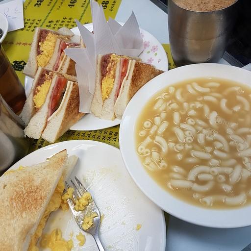 מרק עוף עם מקרוני, טוסט עם ביצה וקפה עם תה חלב. טעים!  ברקע גם הסנדויצ'ים שלהם.