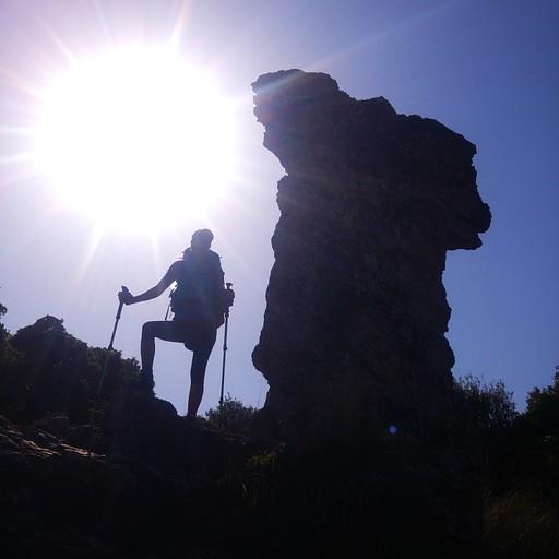 את כסא אליהו  תוכלו למצוא בדרך העולה מחניון הפיתול אל הר מירון.
