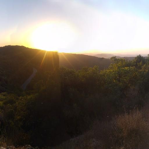 בדרך מטה אל החניון הלילה - השמש שוקעת, הר עפאים באופק ונחל עפאים חותר בעמק.